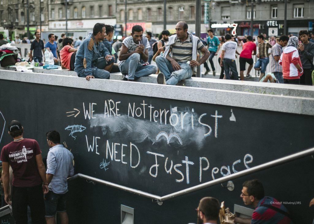 Personas migrantes en la estación de Keleti, Budapest. Foto: Kristof Holvenyi / JRS